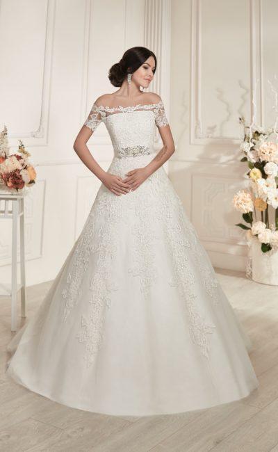 Романтичное свадебное платье «принцесса» с кружевным портретным декольте и блестящим поясом.