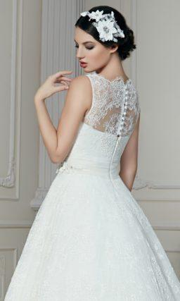Свадебное платье с силуэтом «принцесса» с утонченным кружевным верхом.