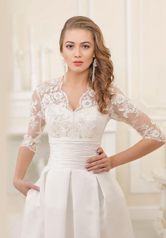 Свадебное платье силуэта «принцесса» с кружевным верхом и широким фактурным поясом.