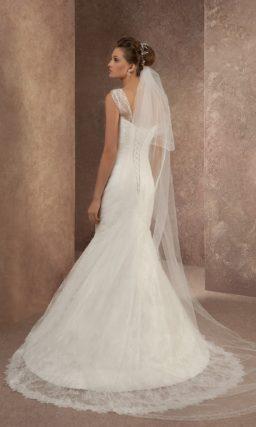 Кружевное свадебное платье с юбкой силуэта «рыбка» со шлейфом и асимметричным лифом.