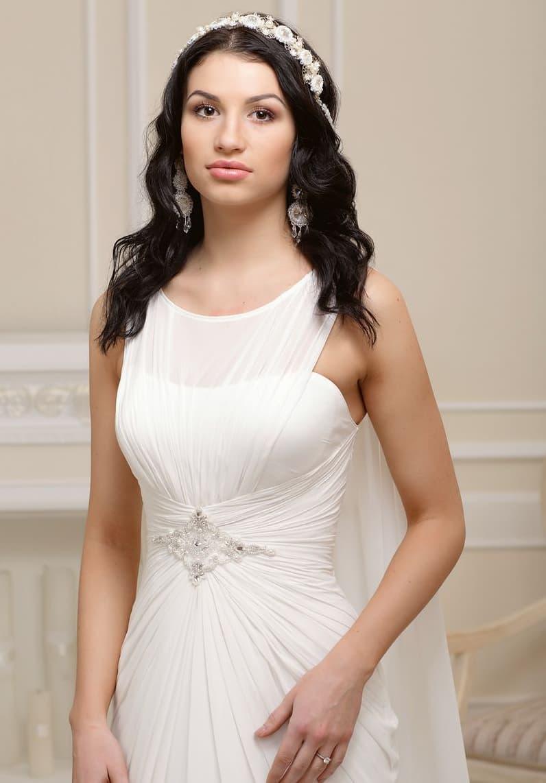 Ампирное свадебное платье с отделкой из драпировок и с вышивкой на талии.