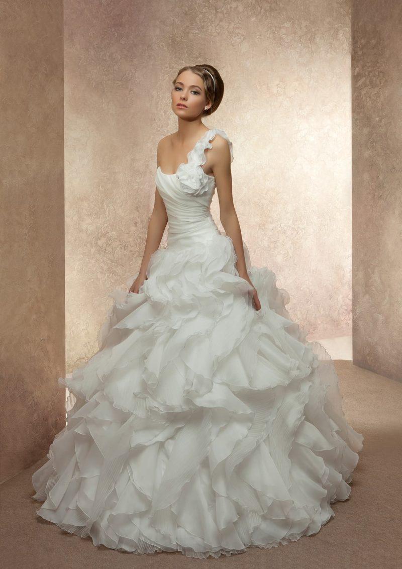 Открытое свадебное платье силуэта «принцесса» с отделкой из оборок и воланов.