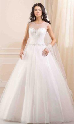 Пышное свадебное платье с полупрозрачной отделкой облегающего корсета.