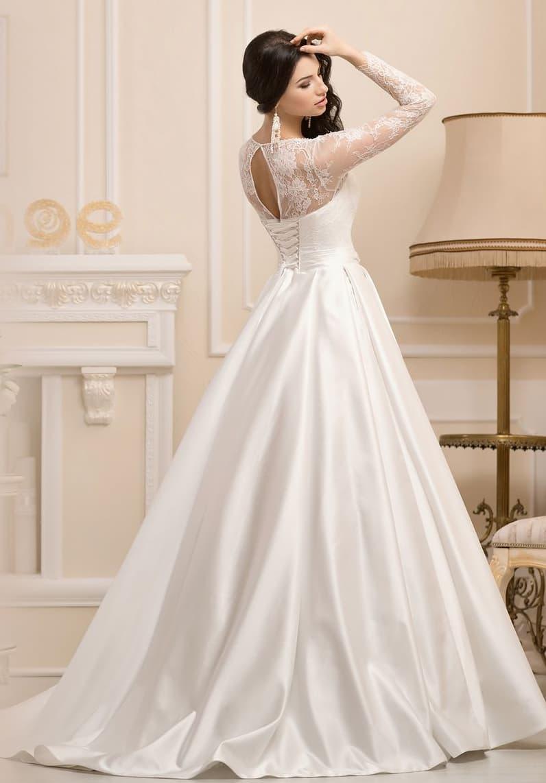 Торжественное свадебное платье силуэта «принцесса» с длинными кружевными рукавами.
