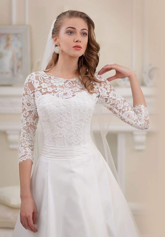 Элегантное свадебное платье А-силуэта с верхом из плотной ажурной ткани.