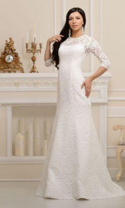 Атласное прямое свадебное платье, полностью покрытое слоем кружевной ткани.