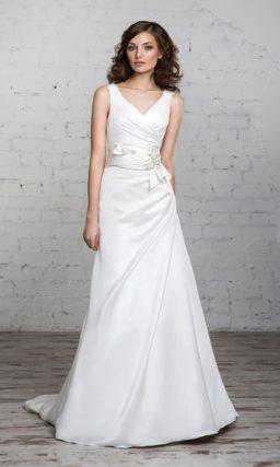 Прямое свадебное платье из атласной ткани с V-образным вырезом и драпировками на талии.