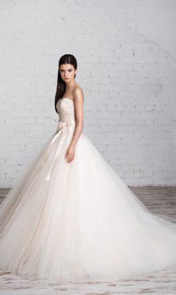 Пышное свадебное платье цвета слоновой кости с открытым корсетом, покрытым бисерной вышивкой.