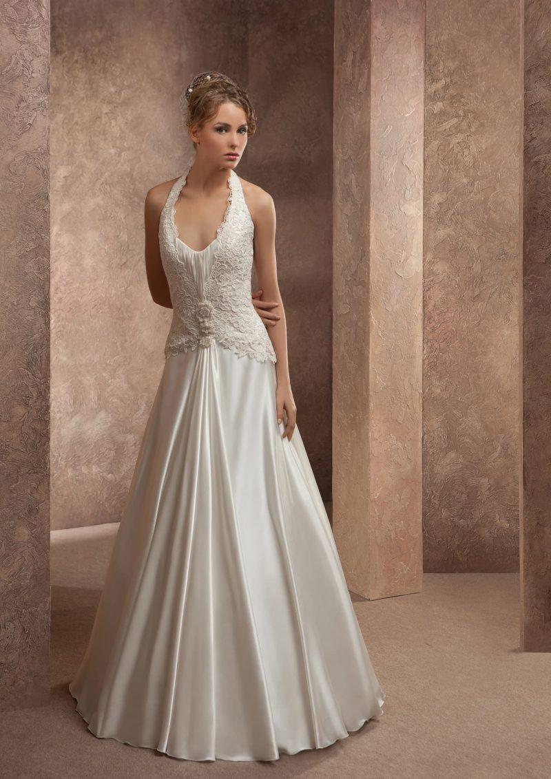 Прямое свадебное платье из атласной ткани с бретелькой через шею и V-образным вырезом.