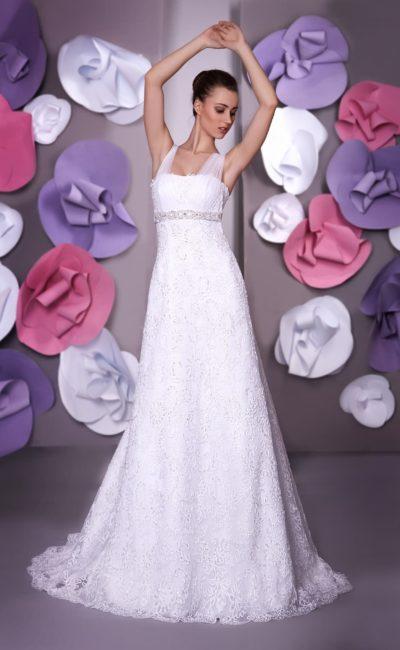 Прямое свадебное платье с завышенной талией и бретельками из полупрозрачной ткани.