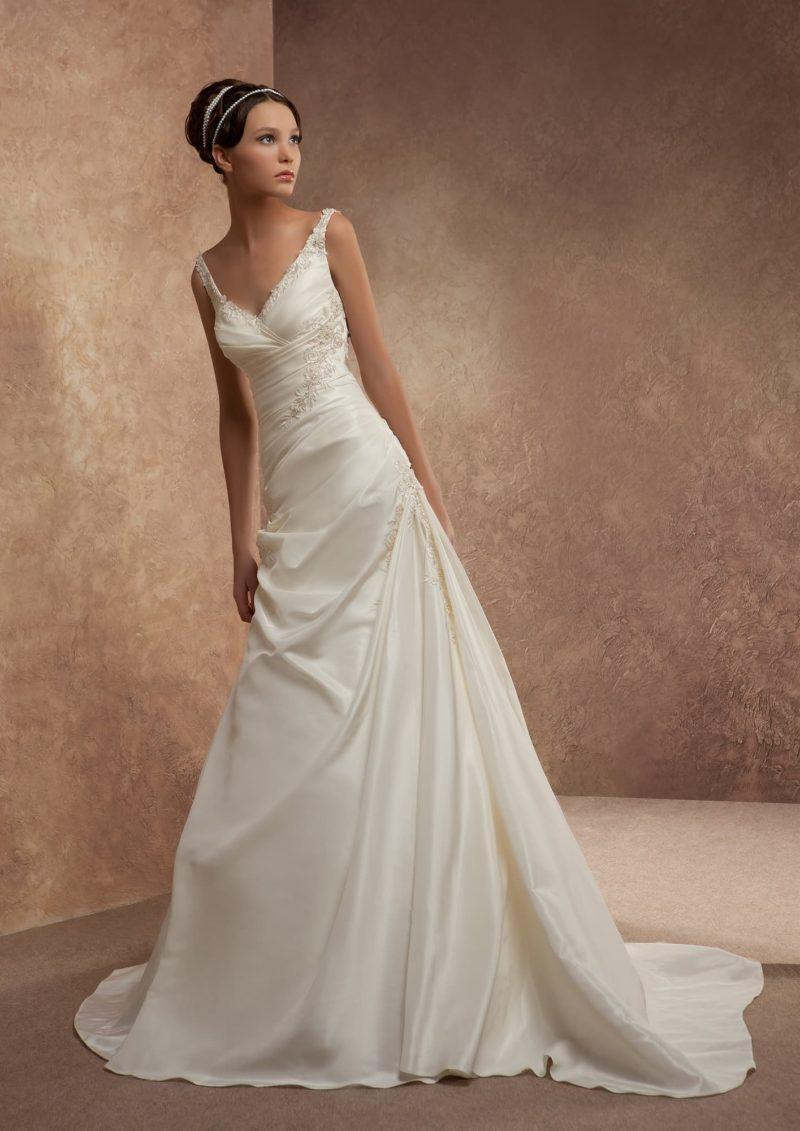 Очаровательное свадебное платье А-силуэта с отделкой из драпировок и вышивки.