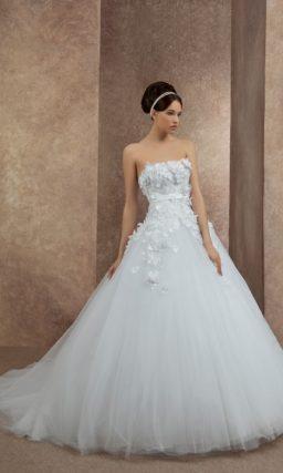Роскошное свадебное платье силуэта «принцесса» с длинным шлейфом и объемной отделкой корсета.