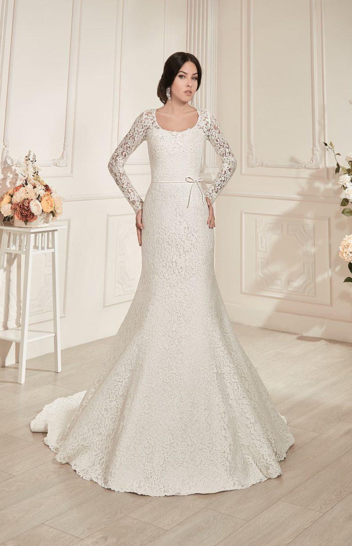 Роскошное свадебное платье силуэта «рыбка» с округлым вырезом и кружевными рукавами.