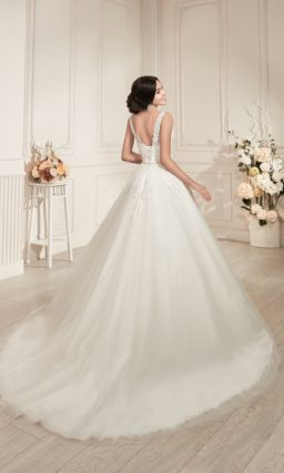 Свадебное платье «принцесса» с ажурной отделкой лифа и пышным шлейфом.