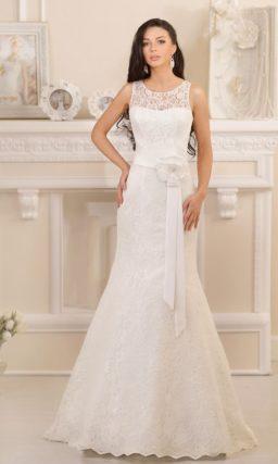 Ажурное свадебное платье «рыбка», дополненное атласным цветным поясом.