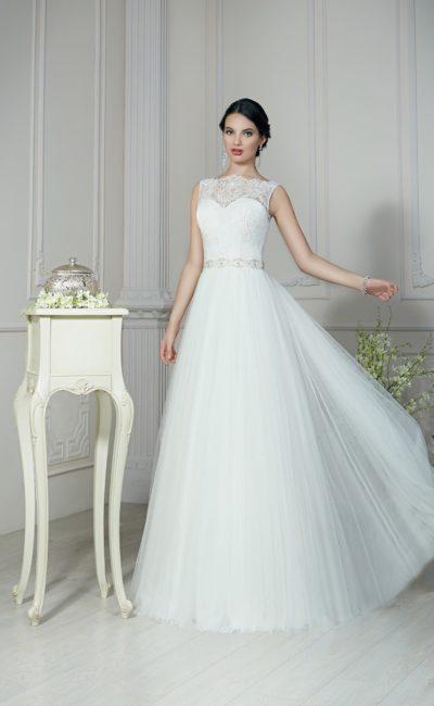 Прямое свадебное платье с ажурным вырезом бато и плиссированной юбкой.