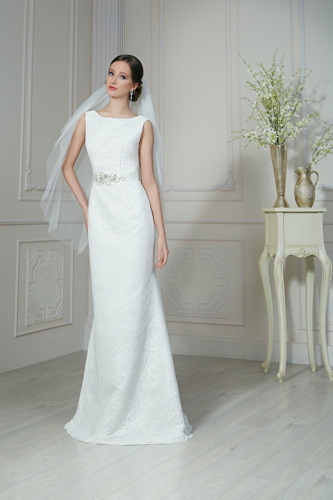 d2564cc30a79097 Закрытое свадебное платье с прямым силуэтом, открытой спинкой и поясом из  атласа.
