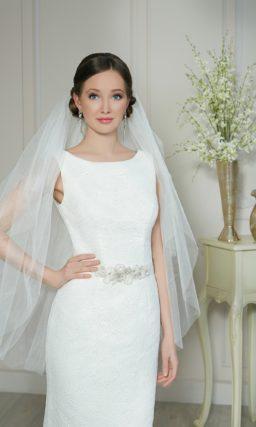 Закрытое свадебное платье с прямым силуэтом, открытой спинкой и поясом из атласа.