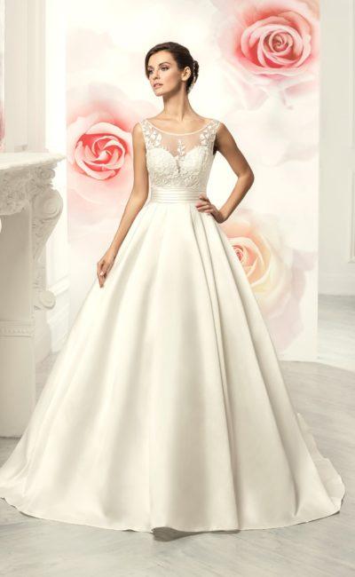 Свадебное платье силуэта «принцесса» с атласным шлейфом и ажурным лифом.