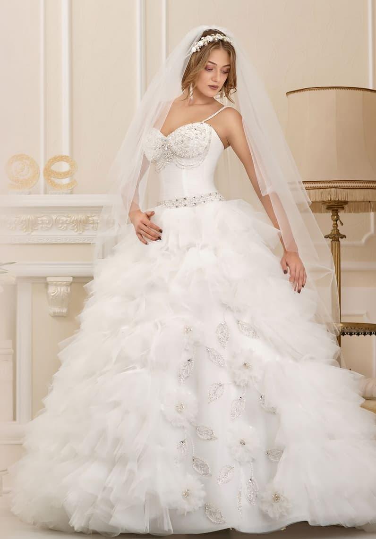 Пышное свадебное платье с выразительным декором юбки и открытым корсетом.