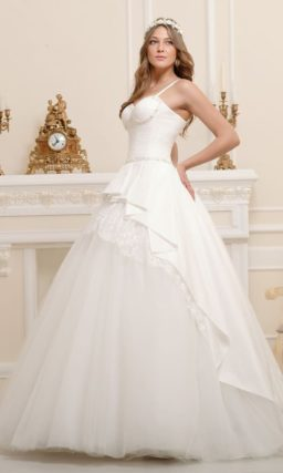 Стильное свадебное платье силуэта «принцесса» с многослойной юбкой.