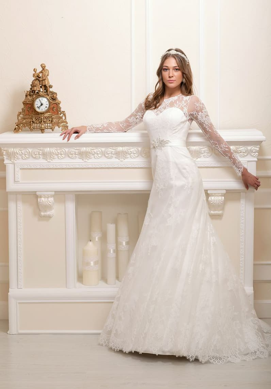 Свадебное платье А-силуэта с длинными рукавами и кружевной отделкой юбки.
