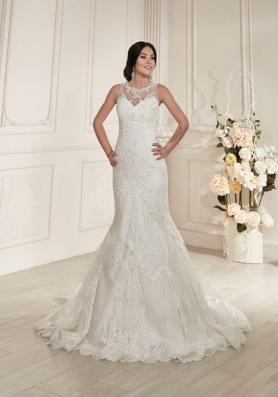 Свадебное платье силуэта «рыбка» с декором из кружева с крупным рисунком.