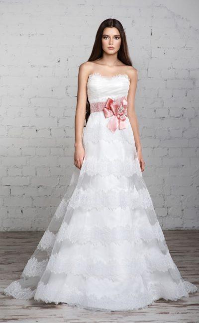 Свадебное платье с романтичным фигурным лифом и юбкой А-силуэта с кружевной отделкой.