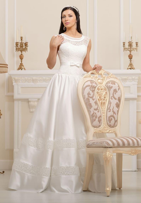 Закрытое свадебное платье «принцесса» с ажурной отделкой лифа, атласными юбкой и воротником.