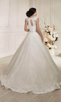 Свадебное платье силуэта «принцесса» с ажурной отделкой округлого выреза и подола.
