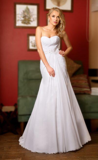 Открытое свадебное платье с лифом в форме сердечка и отделкой из тонких драпировок.