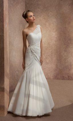 Свадебное платье силуэта «рыбка» с асимметричным верхом и декором из драпировок.