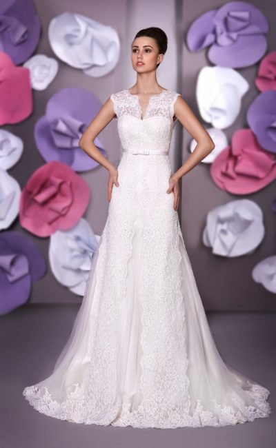Прямое свадебное платье с V-образным вырезом и широкими бретелями из кружевной ткани.