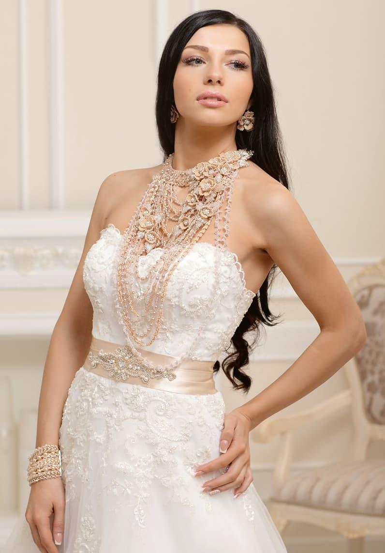 Свадебное платье с широким цветным поясом и длинными бусами в тон.