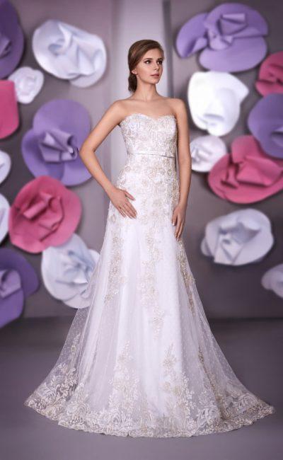 Открытое свадебное платье прямого силуэта с изысканной кружевной отделкой по всей длине.