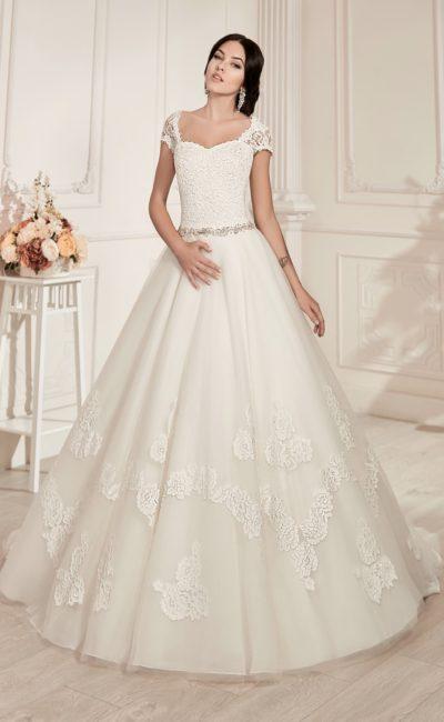 Свадебное платье «принцесса» с вырезом на спинке и крупными аппликациями на юбке.