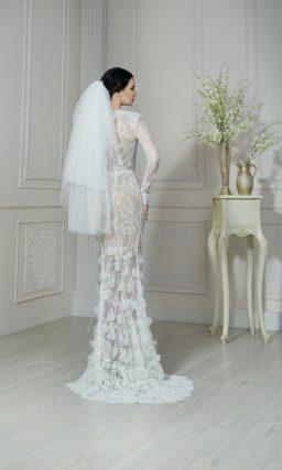 Кружевное свадебное платье прямого силуэта с бежевой подкладкой, создающей иллюзию прозрачности.