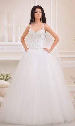Пышное свадебное платье с вышивкой серебристым бисером и нежным болеро.