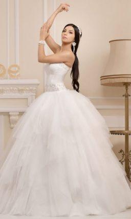 Открытое свадебное платье с кокетливой пышной юбкой и расшитым корсетом.