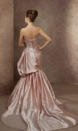 Розовое атласное свадебное платье силуэта «рыбка» с драматичной отделкой драпировками.