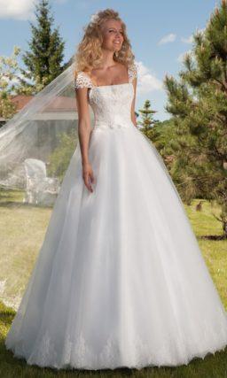 Свадебное платье «принцесса» с ажурными бретелями и аппликациями по низу подола.
