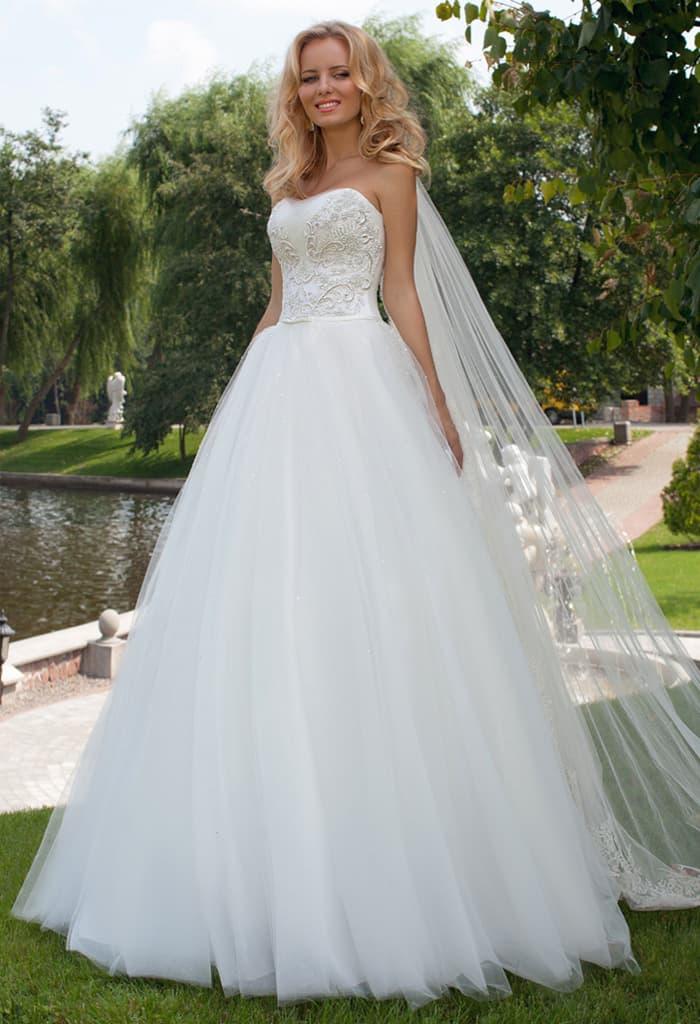 Открытое свадебное платье силуэта «принцесса» с вышивкой на корсете.