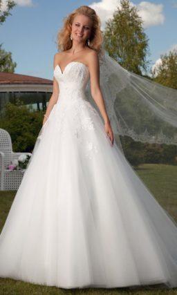 Свадебное платье силуэта «принцесса» с глубоким вырезом в форме сердца и кружевным декором.