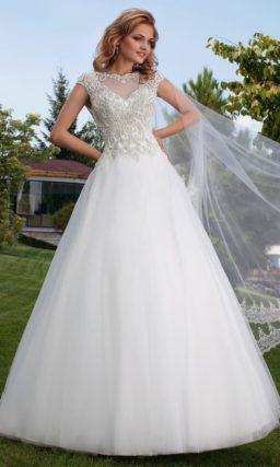 Свадебное платье силуэта «принцесса» с корсетом, полностью покрытым серебристым бисером.