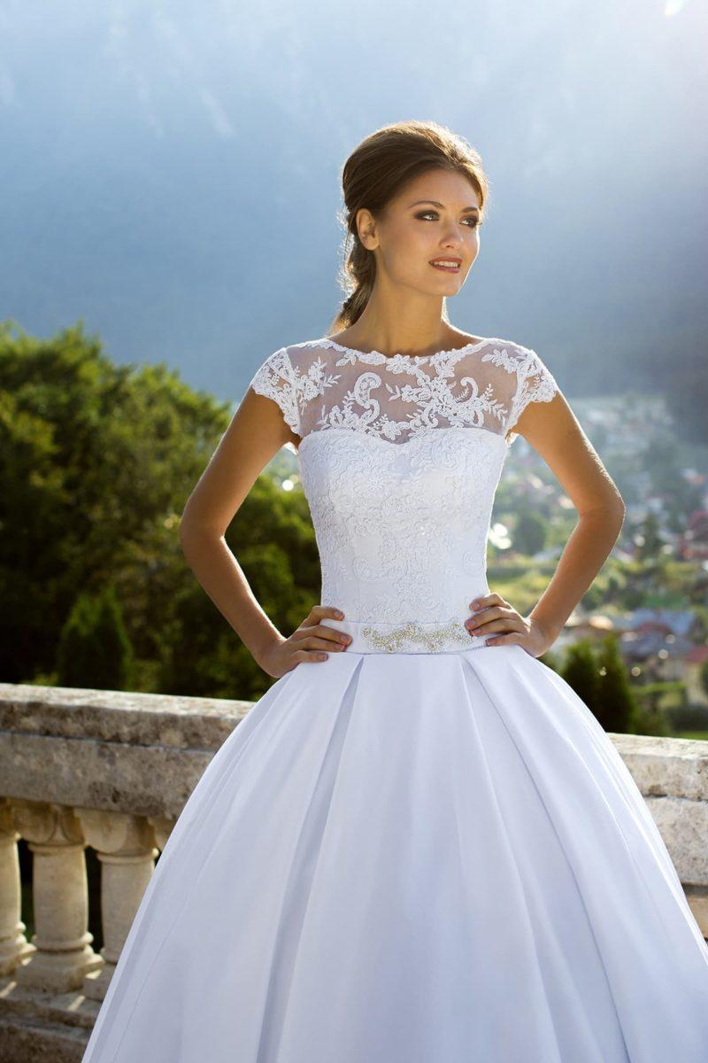 Атласное свадебное платье с пышной юбкой и кружевной отделкой корсета.