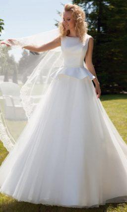 Необычное свадебное платье А-силуэта с открытой спинкой и пышной атласной баской.