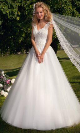 Свадебное платье силуэта «принцесса» с изящным лифом с V-образным вырезом.