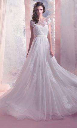 Закрытое свадебное платье прямого силуэта с короткими рукавами и нежной отделкой из аппликаций.
