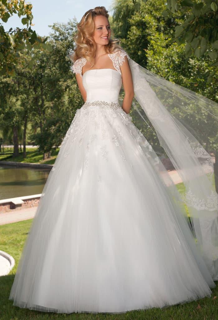Открытое свадебное платье с кружевным болеро и многослойной юбкой А-силуэта.