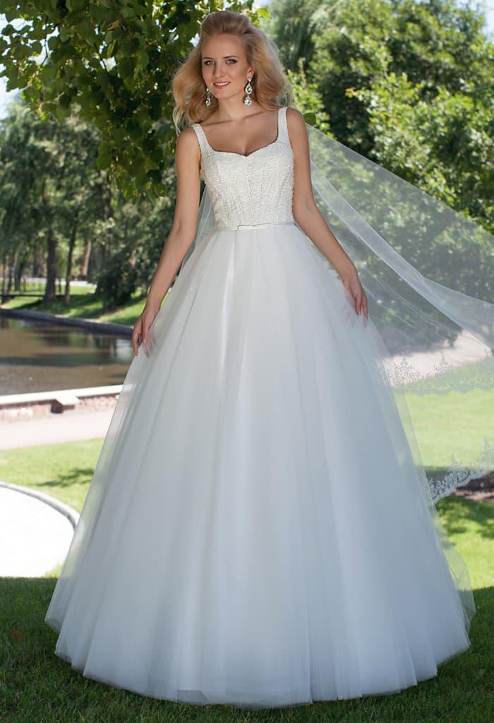 Лаконичное свадебное платье силуэта «принцесса» с украшенным бисером верхом.